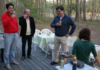 13年5月に安倍首相の河口湖畔の別荘で撮影された写真(萩生田氏のブログ「永田町見聞録」より)