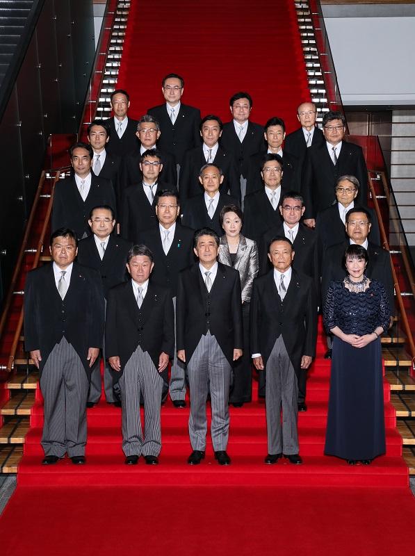 安倍内閣の閣僚写真(官邸HPより)